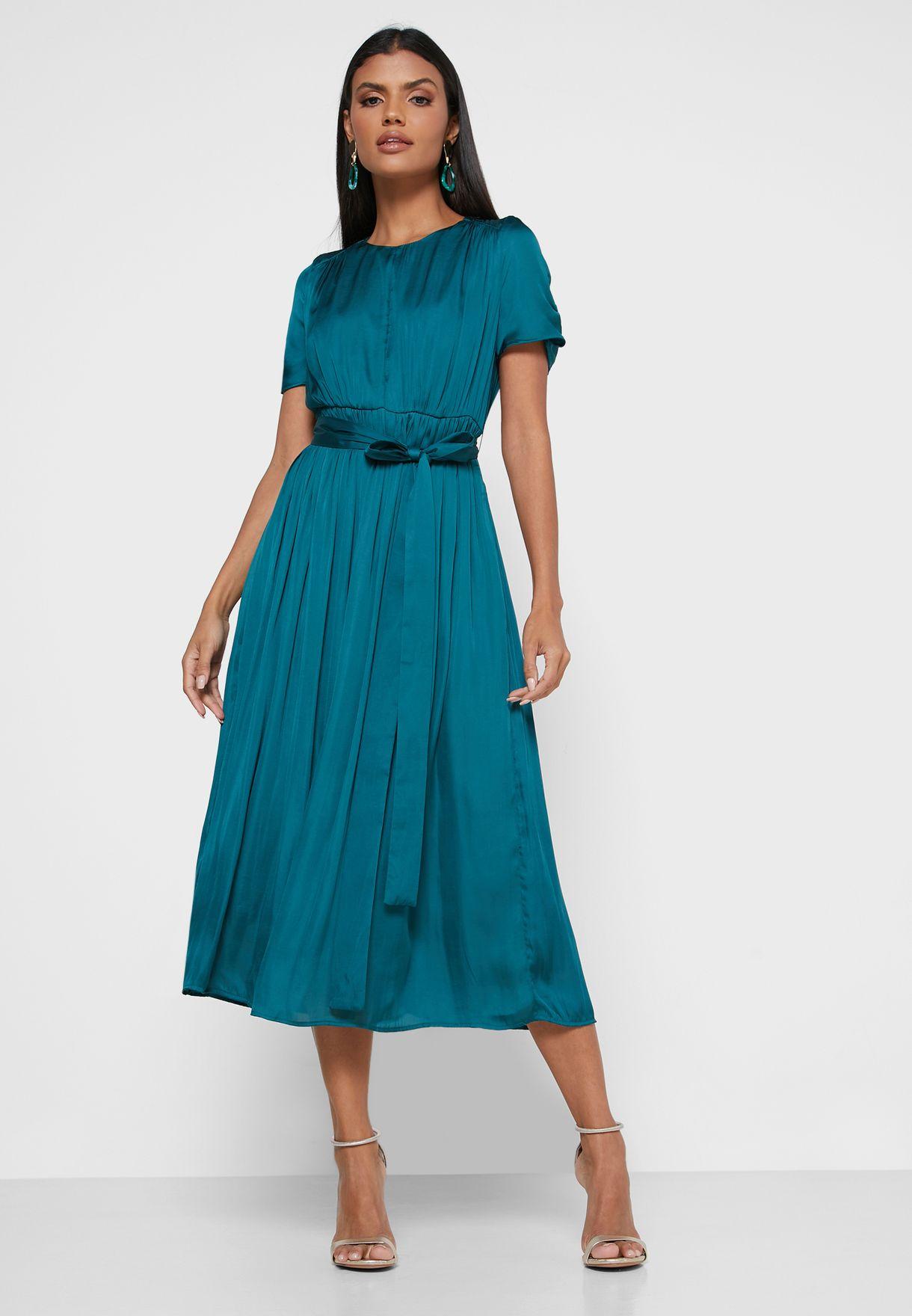 فستان بخصر امباير وكسرات