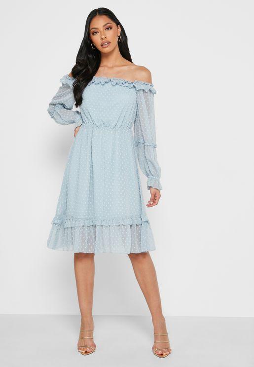 فستان مكشوف الاكتاف بأطراف مكشكشة