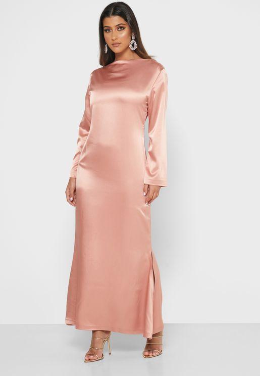 فستان بياقة نمط قارب واكتاف مبطنة