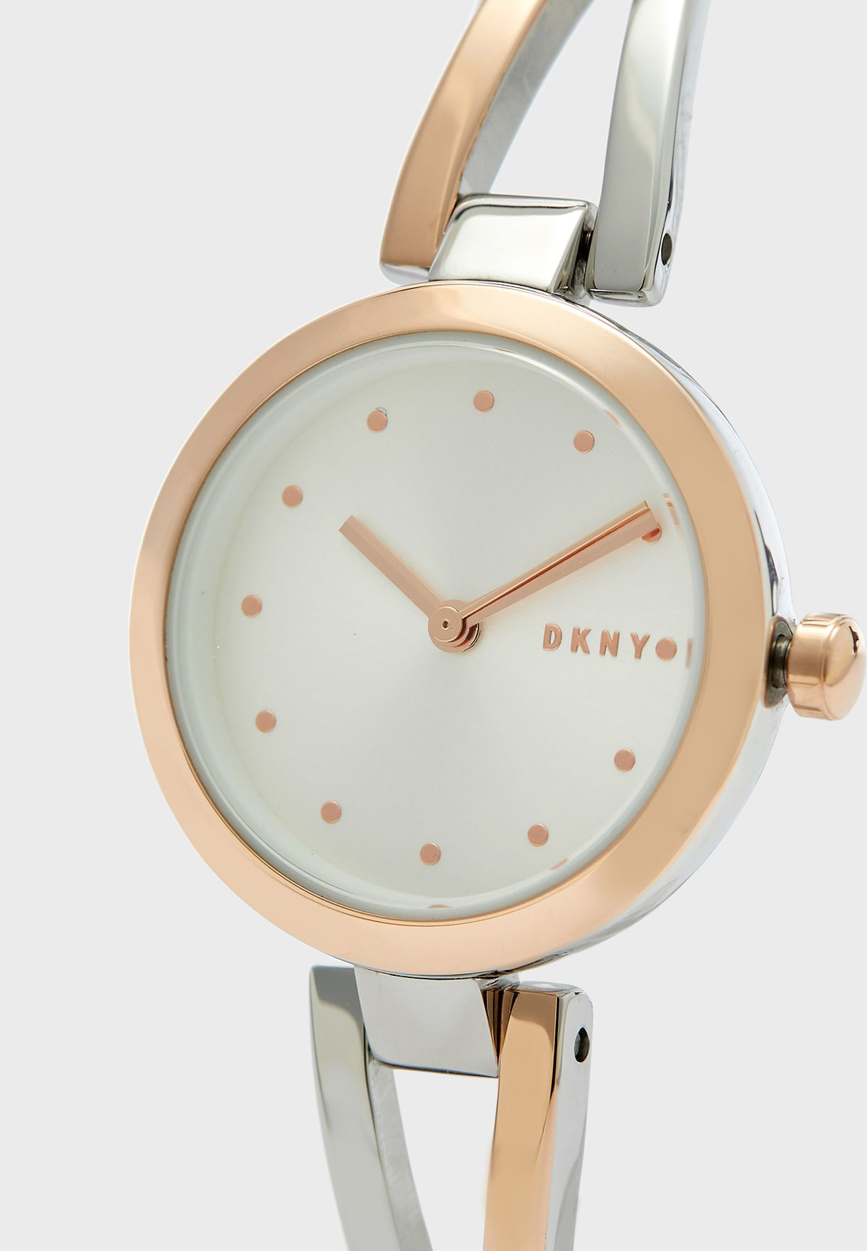 ساعة انيقة مزينة بشعار الماركة