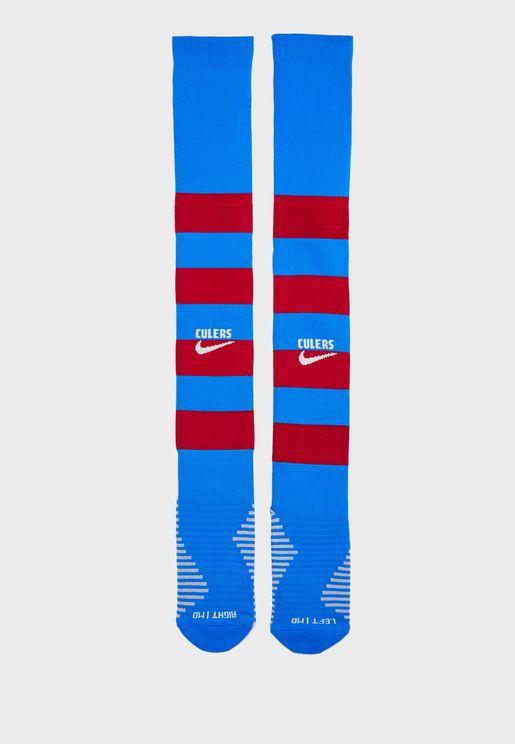 جوارب مزينة بشعار فريق برشلونة