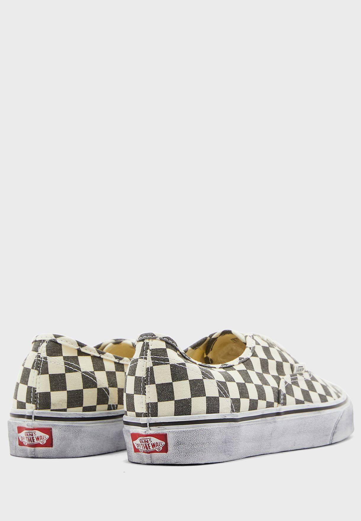 حذاء بطبعات مربعات