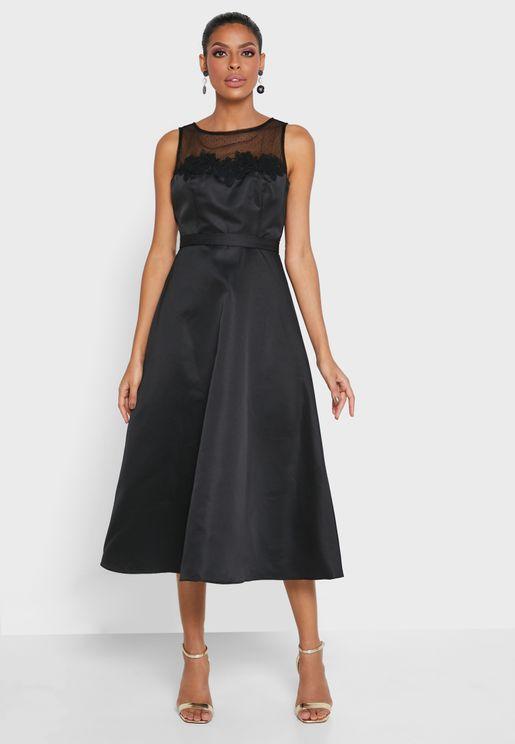 فستان مرصع بتفاصيل شبكية