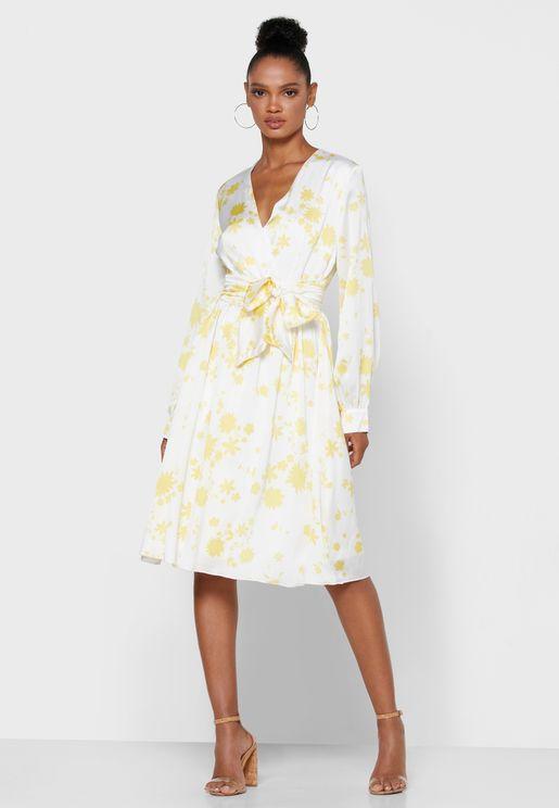 فستان بطبعات ازهار ونمط لف