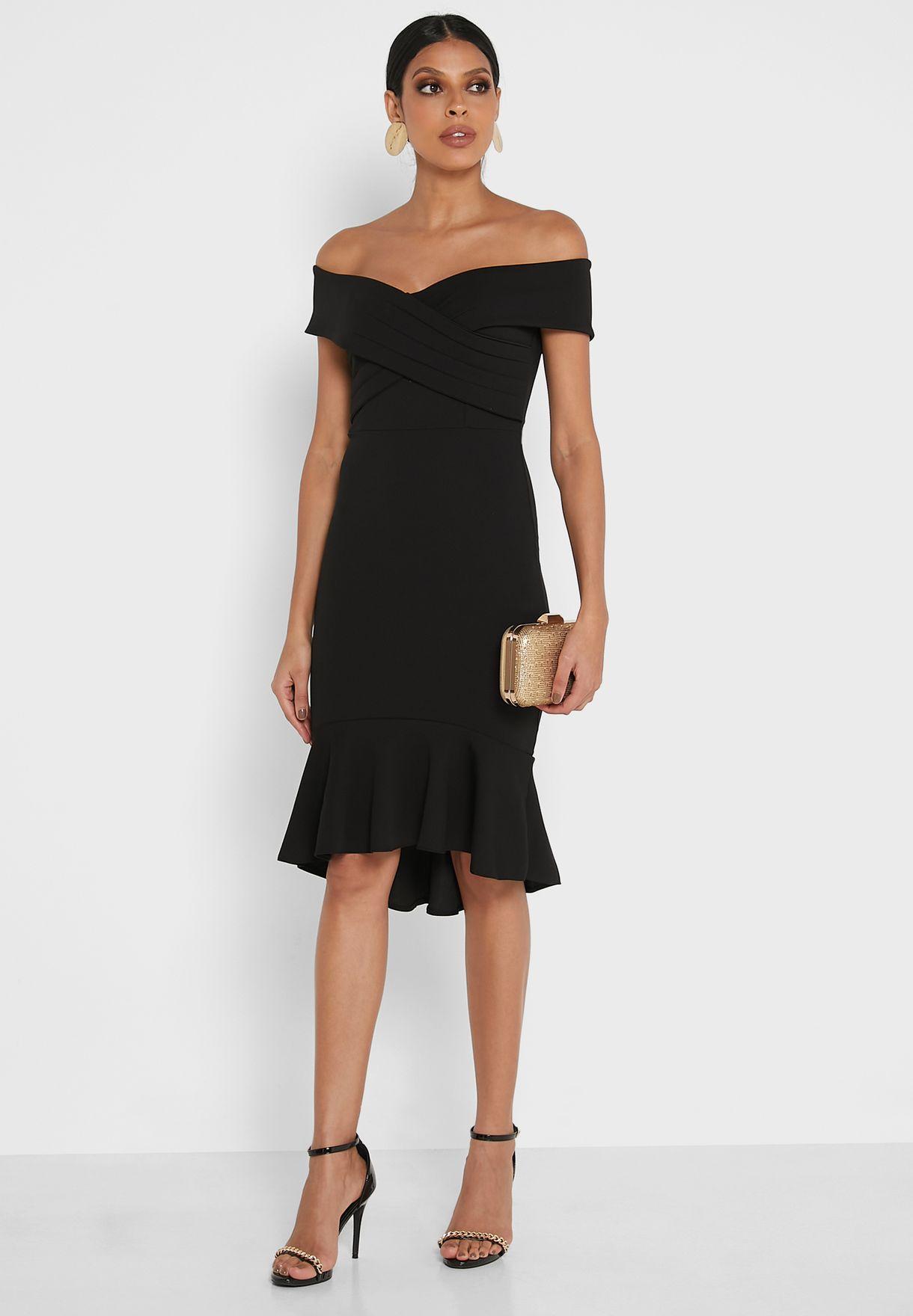 فستان بأطراف مكشكشة واكتاف عارية