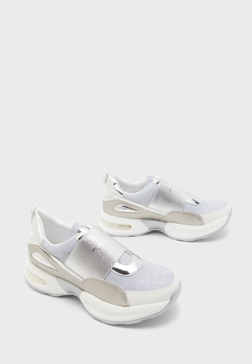 حذاء سهل الارتداء بشعار الماركة