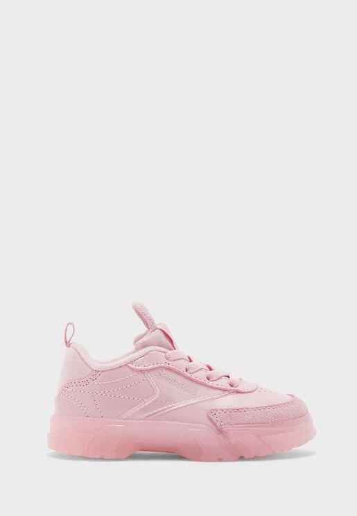 حذاء من مجموعة كاردي بي