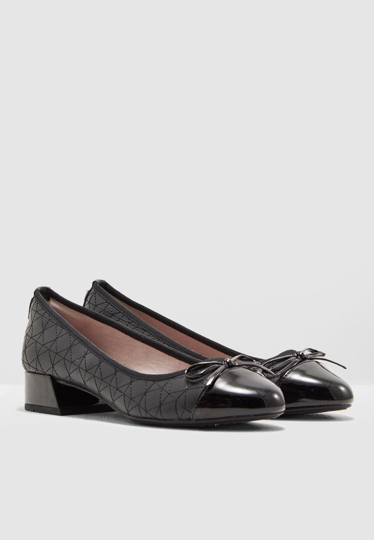 حذاء مدروز
