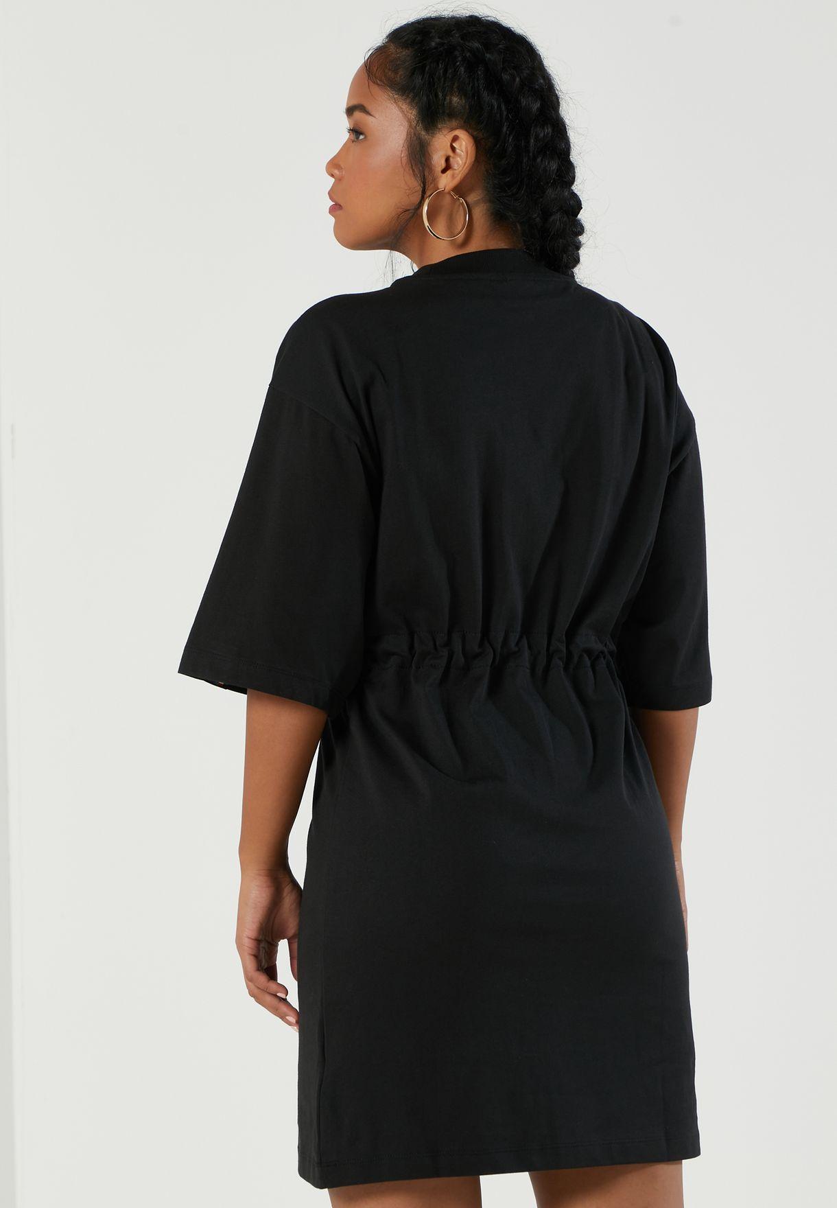 فستان مزين بشعار الماركة