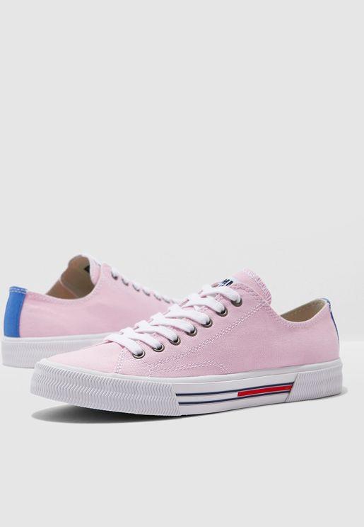 حذاء سنيكرز بشعار الماركة