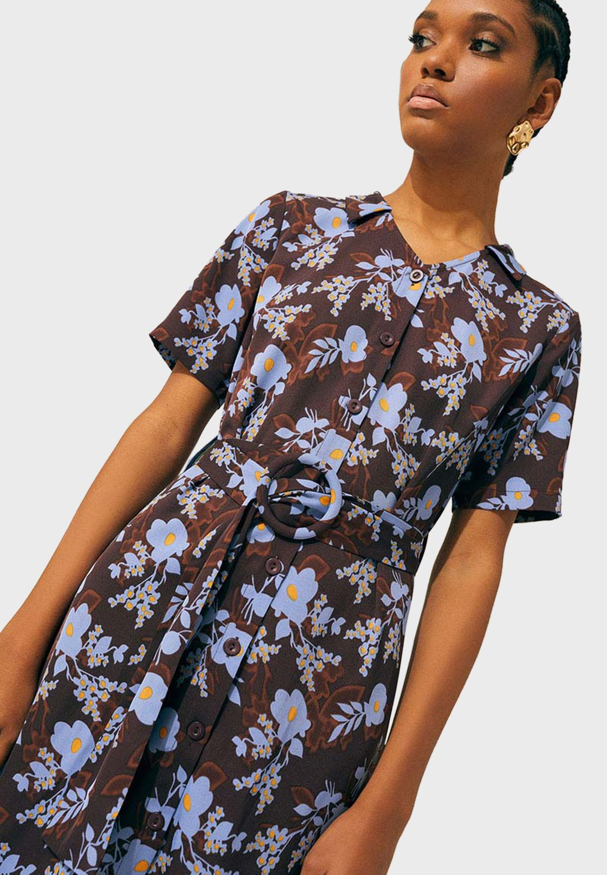 فستان بطبعات ازهار وياقة كلاسيكية