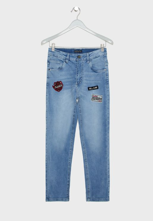 جينز مزين بشارات