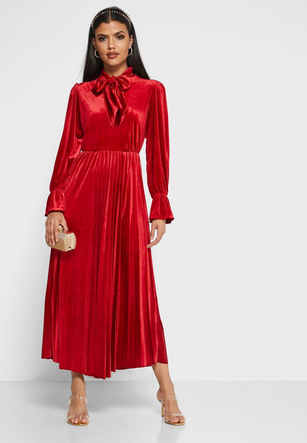 فستان مخمل باربطة على الياقة