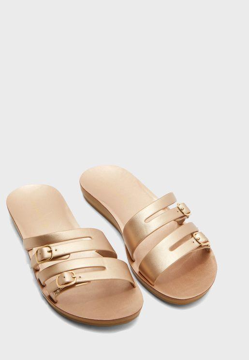 حذاء بسيور ومزين بابزيم