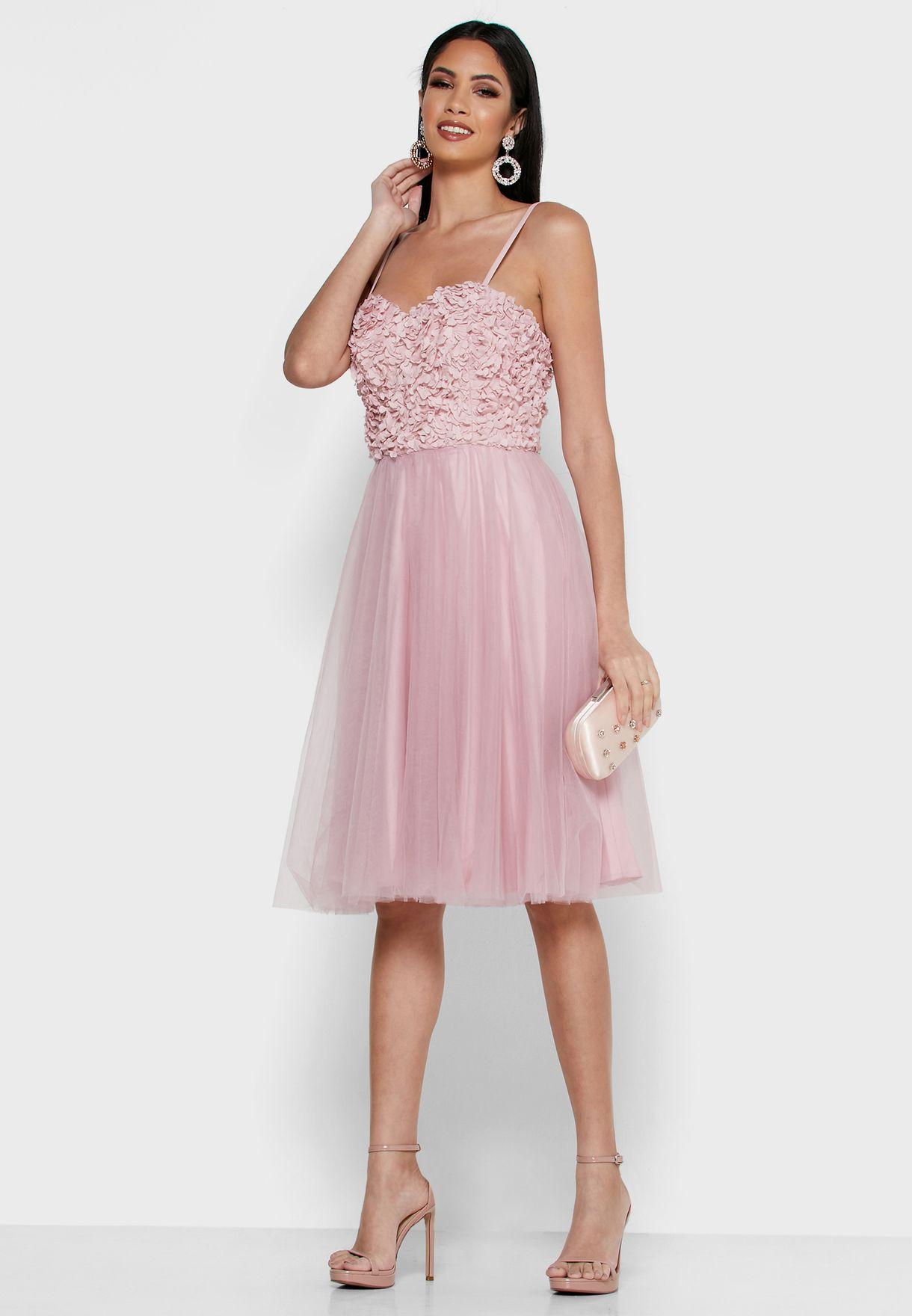 فستان مزين بدانتيل بتنورة واسعة