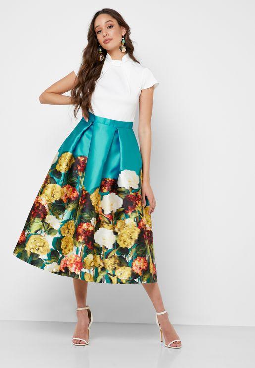 فستان بأكمام كيب وطبعات