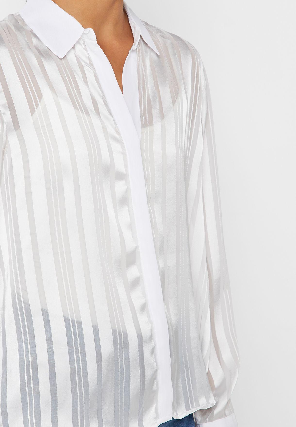 قميص بطبعات خطوط واجزاء شفافة