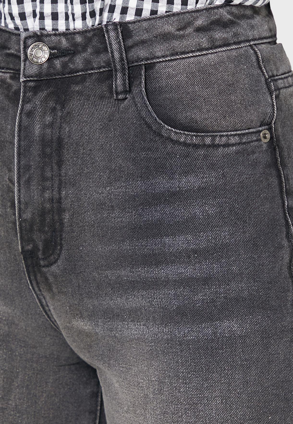 بنطال جينز بشقوق عند الركبة