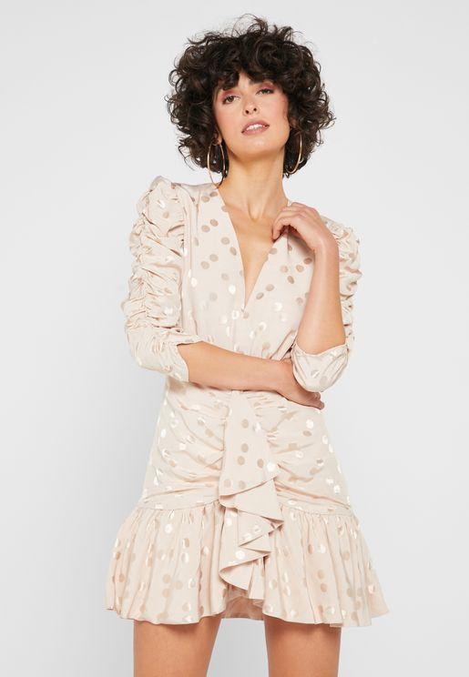 فستان بياقة عميقة و مزين بكشكش