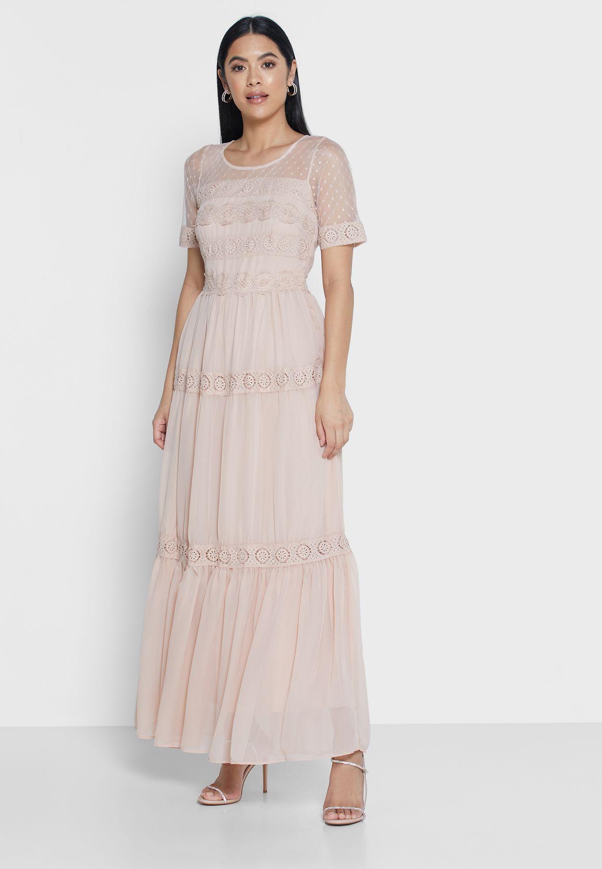 فستان بطبقات متعددة مزين بكسرات