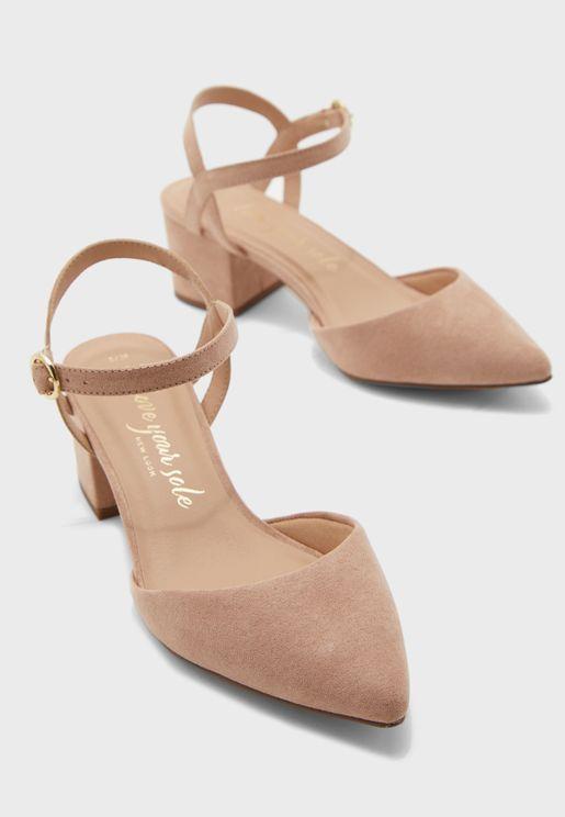 حذاء بكعب عالي عريض