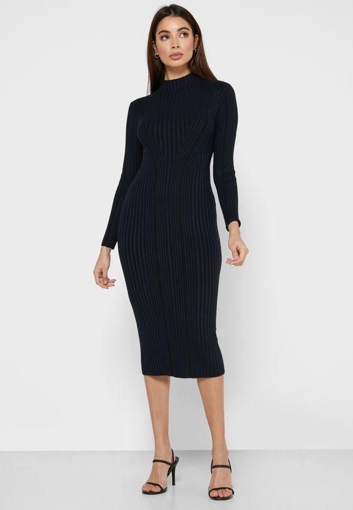 فستان محزز بياقة عالية