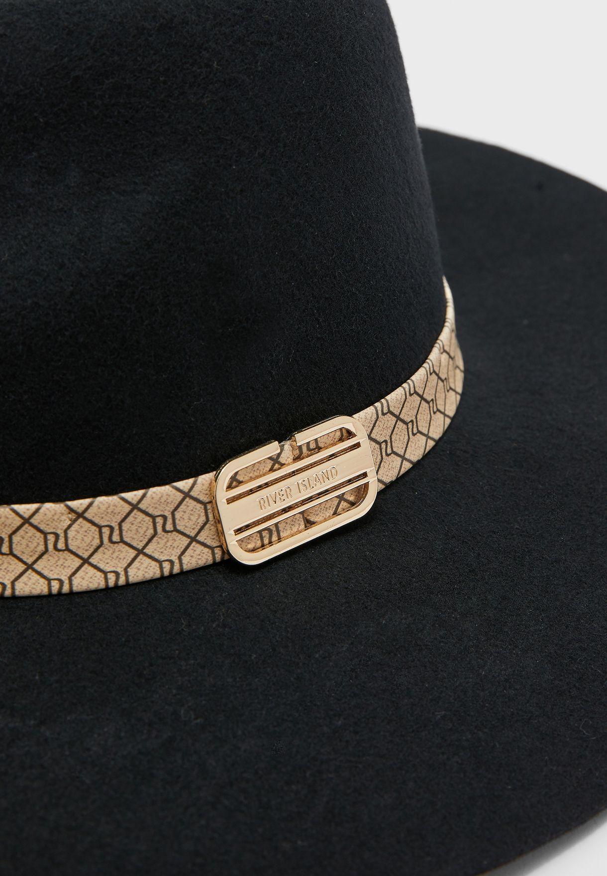 قبعة بشريط مغاير