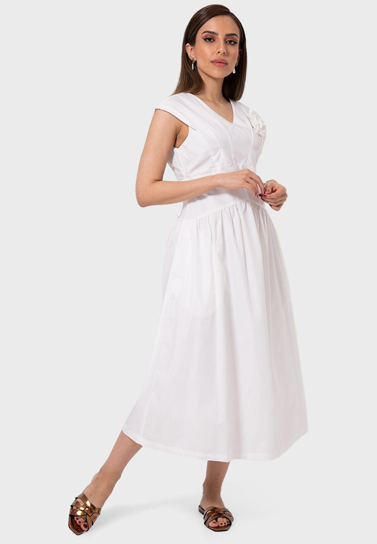 فستان بكسرات وياقة V