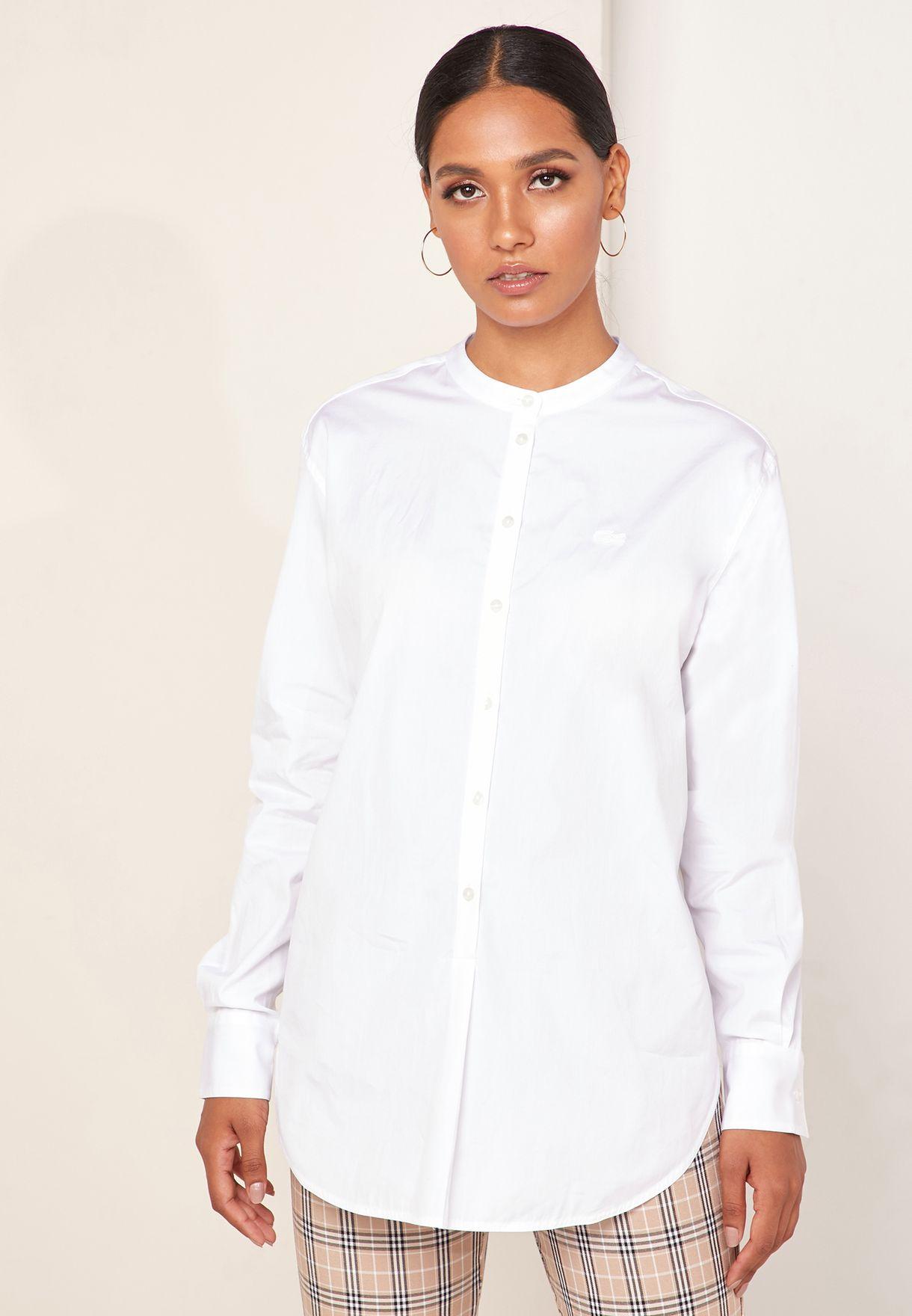 قميص بدون ياقة مزين بشعار الماركة