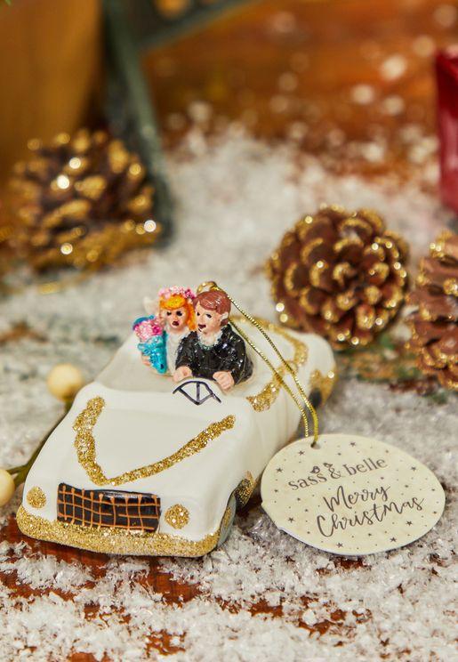 قطعة ديكور بشكل سيارة العروسين