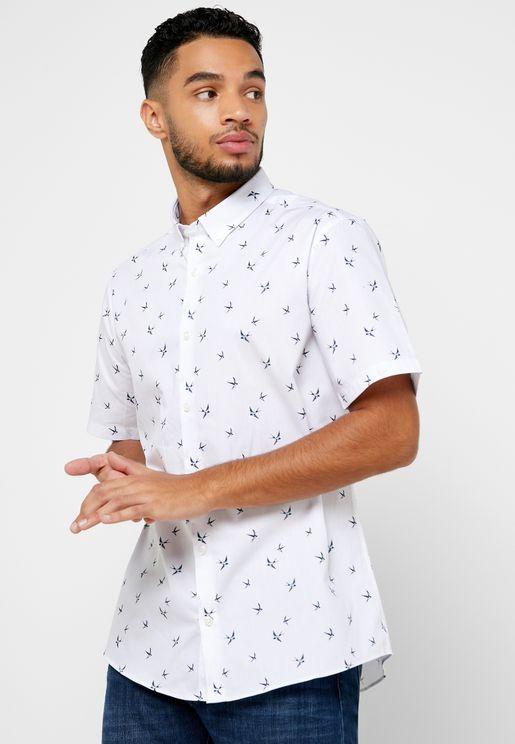 قميص بطبعات طيور و قصة ضيقة