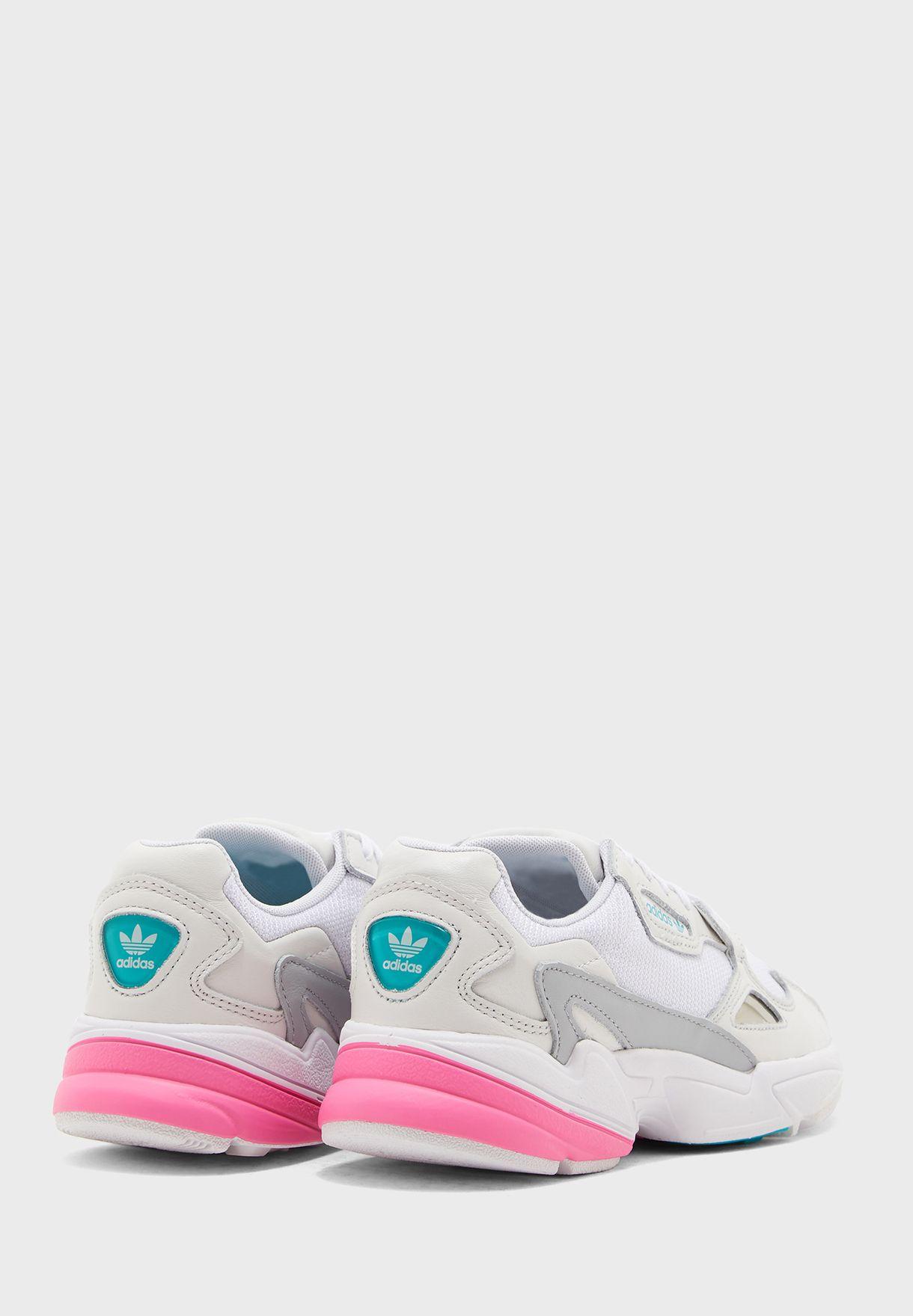 حذاء من مجموعة أديداس أس أل