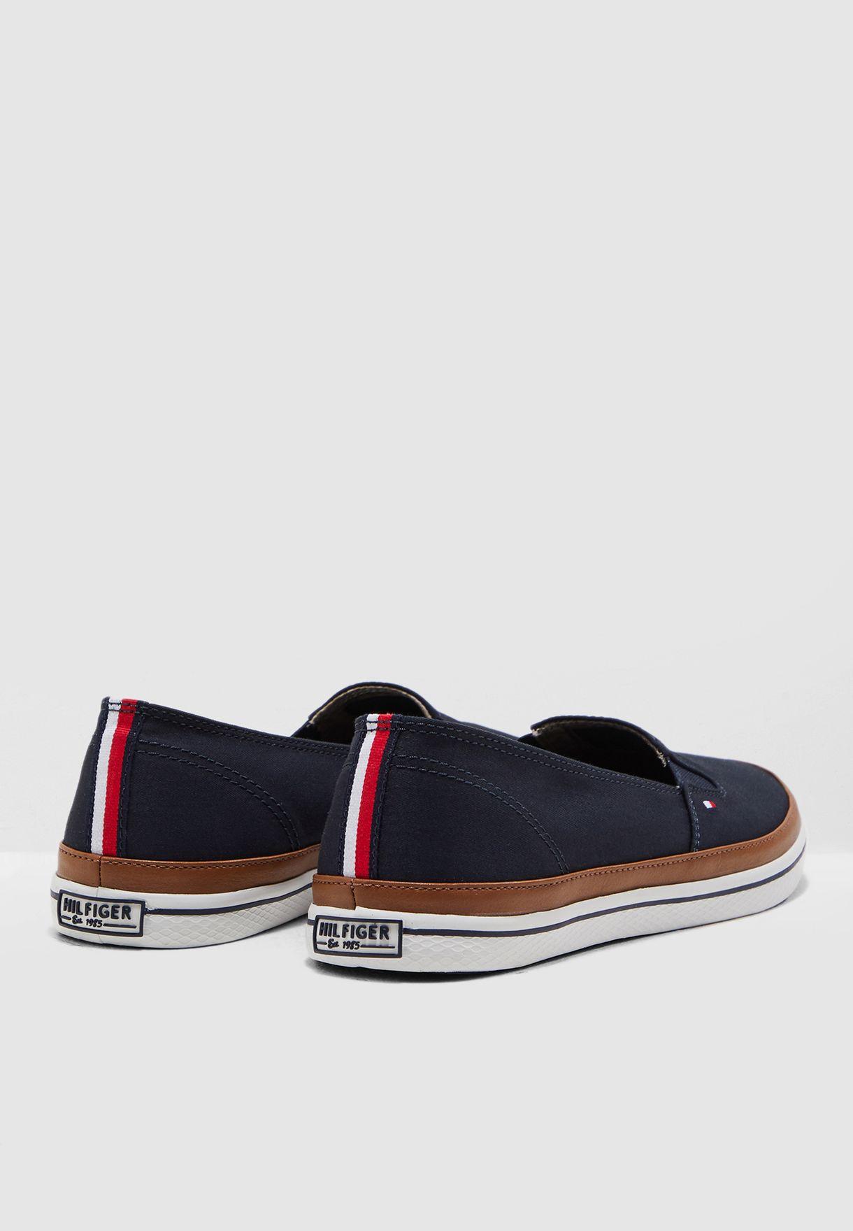 حذاء عصري مزين بشعار الماركة