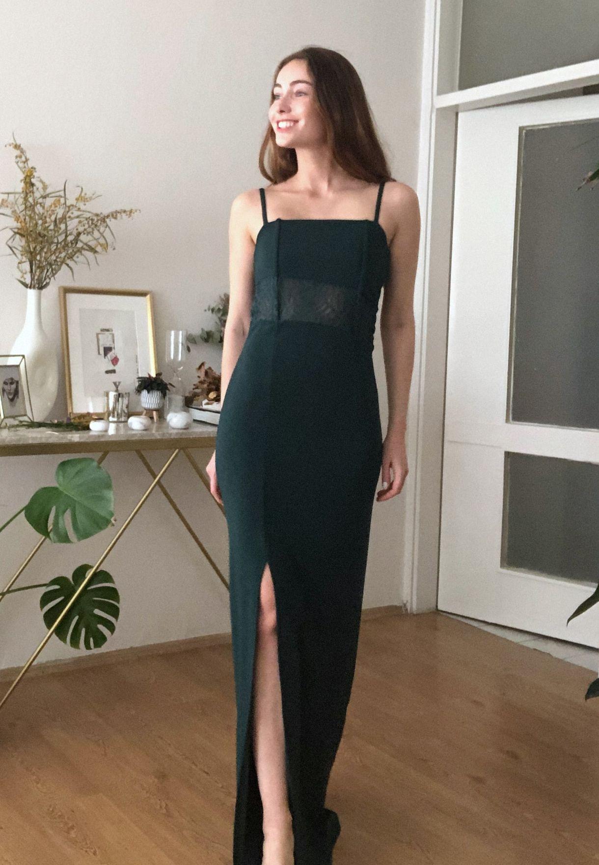 فستان مزين بشق جانبي ودانتيل