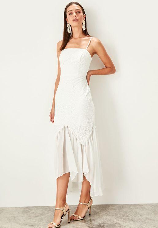فستان دانتيل بحمالات وحافة متباينة الطول