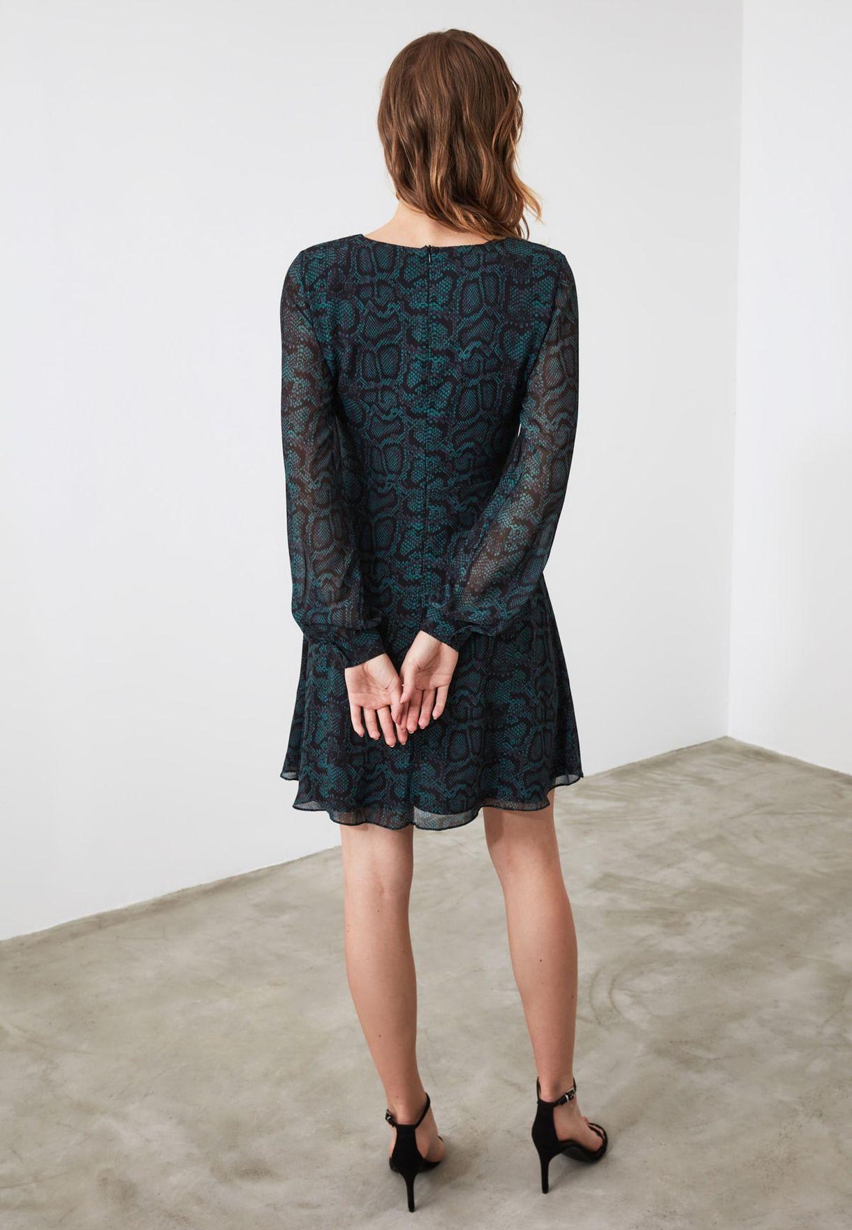 فستان بأكمام شفافة