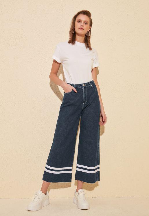 جينز بخصر عالي ومزين بخطوط