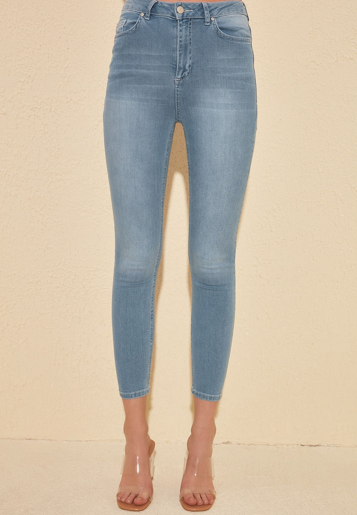 جينز بخصر عالي وحوف واسعة