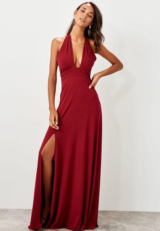 فستان بياقة واسعة وشق جانبي