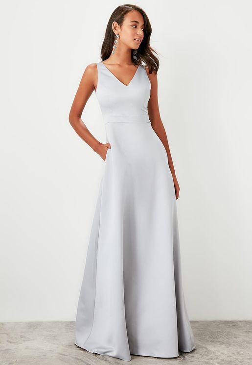 فستان بلا اكمام بياقة  V