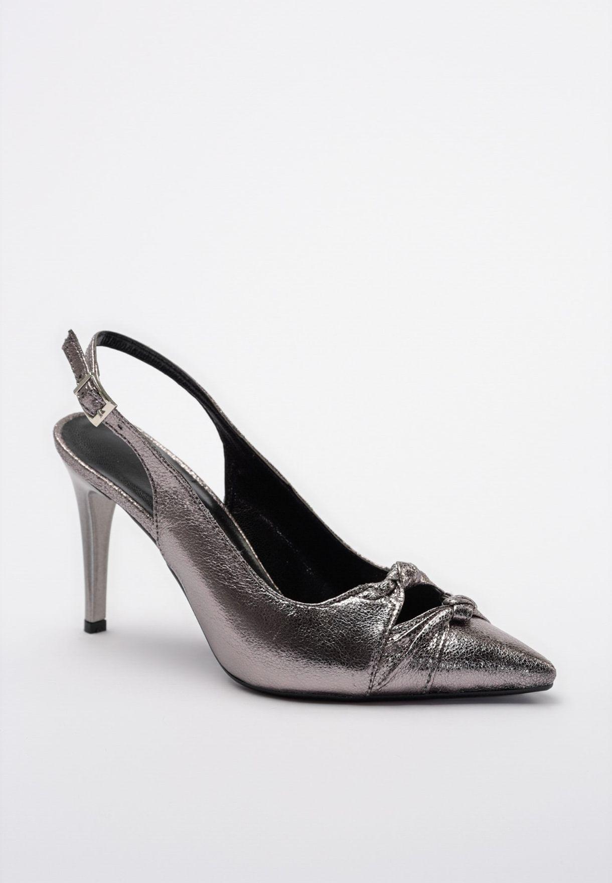 حذاء بكعب عالي وسير خلفي